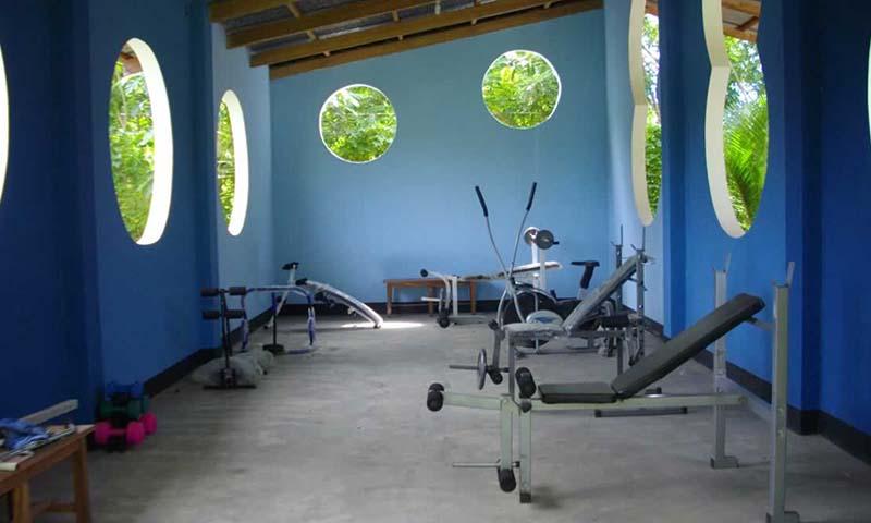 gimnasio, canchas de futbol y bicicletas